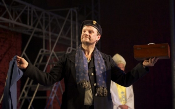 Nicholas Asbury as Montjoy in Propeller&#39;s Henry V